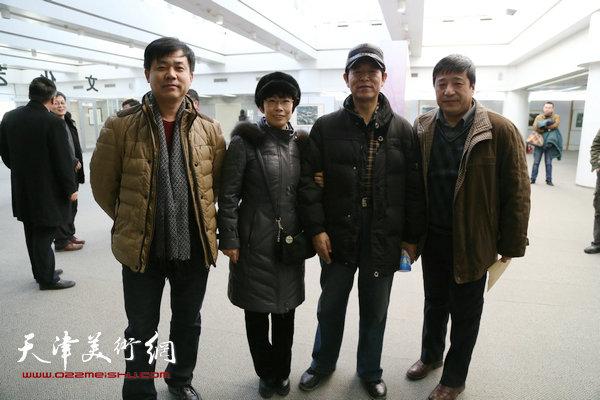 塘沽部分书画家在王胜红版画展上。