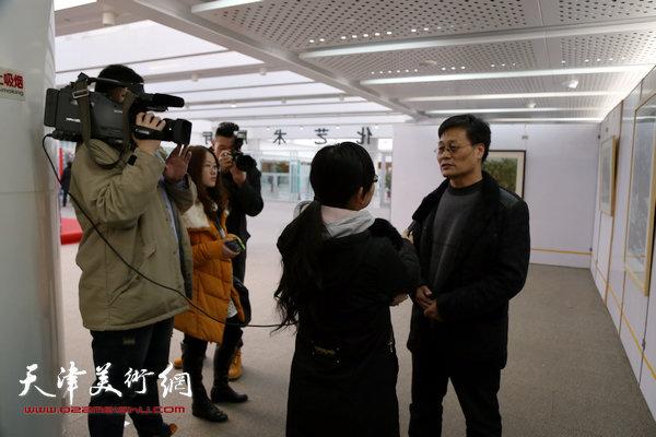 版画家王胜红接受媒体采访。