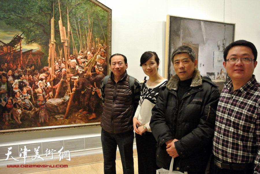 左起郑爱民、李悦、房国文、宋培培在油画展厅