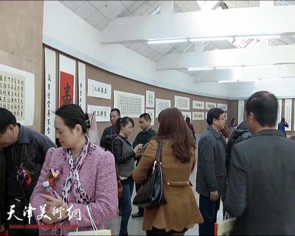 精彩的书画作品吸引了众多书画爱好者到场观看。