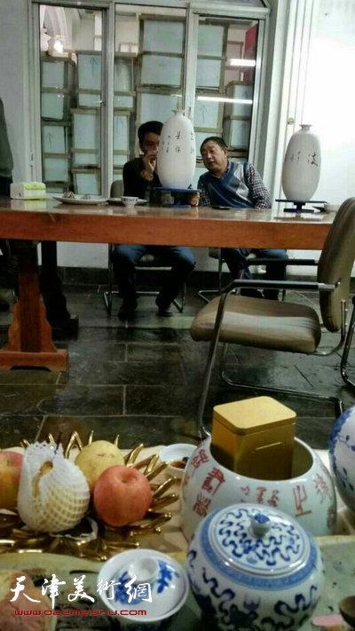 孟宪奎与来访的威海书法家宋绪生到羽园交流