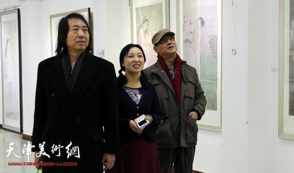 于栋华博士毕业作品展1月21日在天津大学一得轩开幕,图为于栋华与刘新华等老师在画展现场观赏作品。