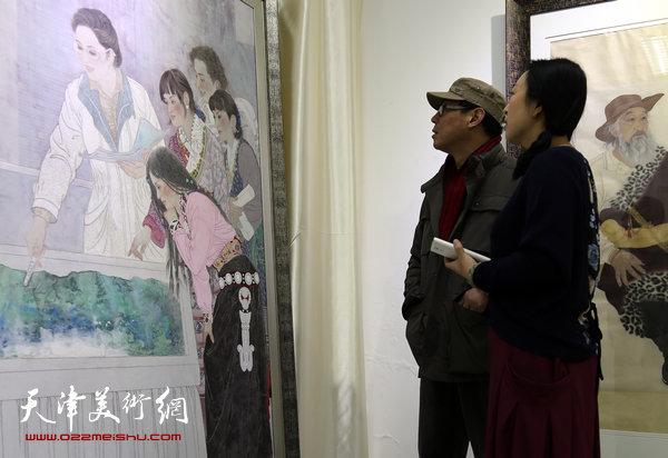 于栋华博士毕业作品展1月21日在天津大学一得轩开幕,图为于栋华陪同来宾在画展现场观赏作品。