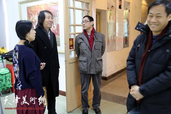 于栋华博士毕业作品展1月21日在天津大学一得轩开幕,图为于栋华陪刘新华等老师在画展现场交流。