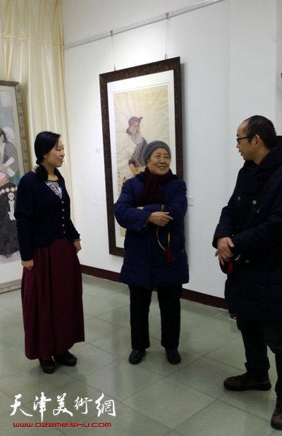 于栋华博士毕业作品展1月21日在天津大学一得轩开幕,图为于栋华与阚传好在画展现场交流。