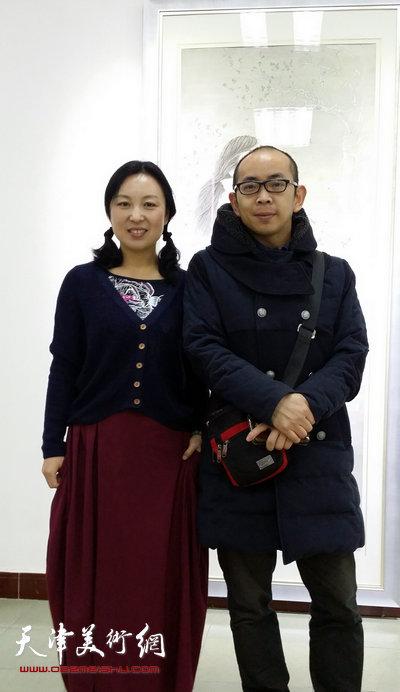 于栋华博士毕业作品展1月21日在天津大学一得轩开幕,图为于栋华与画家阚传好在画展现场。