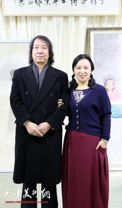 于栋华博士毕业作品展1月21日在天津大学一得轩开幕,图为于栋华与老师刘新华在画展现场。