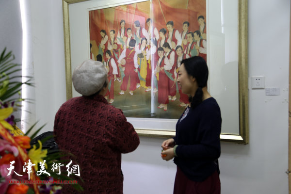 于栋华博士毕业作品展1月21日在天津大学一得轩开幕,图为于栋华与来宾在画展现场。