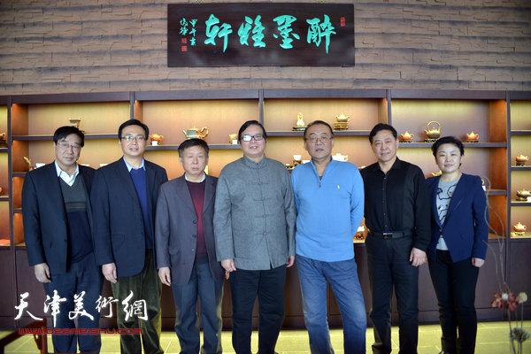 """图为天津市书法家协会硬笔书法研究会的书画家们在""""醉墨雅轩""""。"""