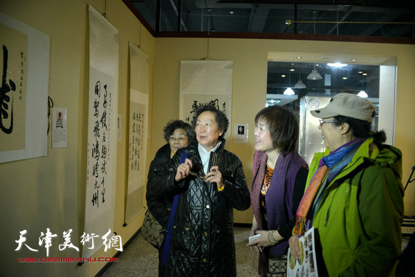 """图为李澜与爱新觉罗·毓敏,筠嘉等在""""骏驰甲午""""全国巡展北京展现场。"""
