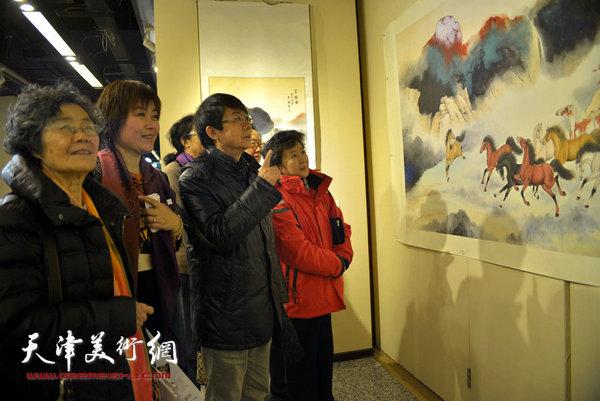 """图为李澜与爱新觉罗·毓岳、毓紫薇等在""""骏驰甲午""""全国巡展北京展现场。"""
