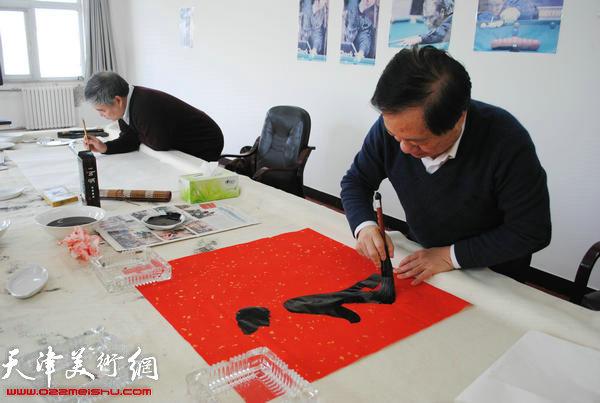 天津师范大学书画院书画家慰问津门子弟兵,图为王润昌现场挥毫