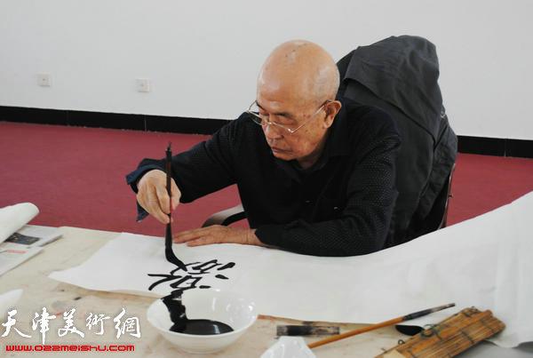 天津师范大学书画院书画家慰问津门子弟兵,图为姜仲圣