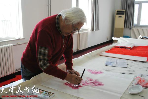 天津师范大学书画院书画家慰问津门子弟兵,图为李庆增