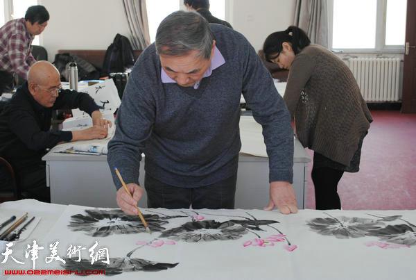 天津师范大学书画院书画家慰问津门子弟兵,图为殷金山