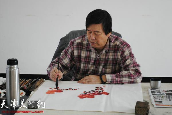 天津师范大学书画院书画家慰问津门子弟兵,图为陈元龙