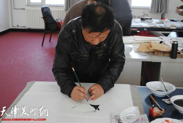 天津师范大学书画院书画家慰问津门子弟兵,图为周月庆