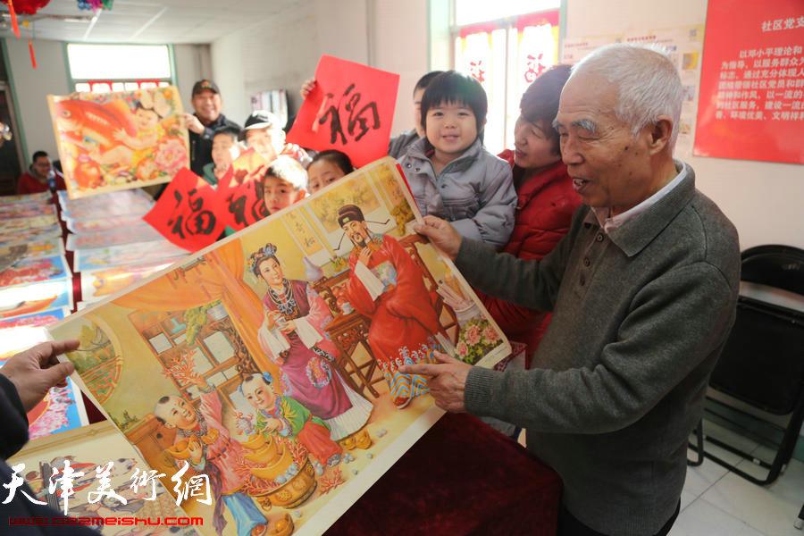 天津北辰区80岁退休工人社区举办送福年画展