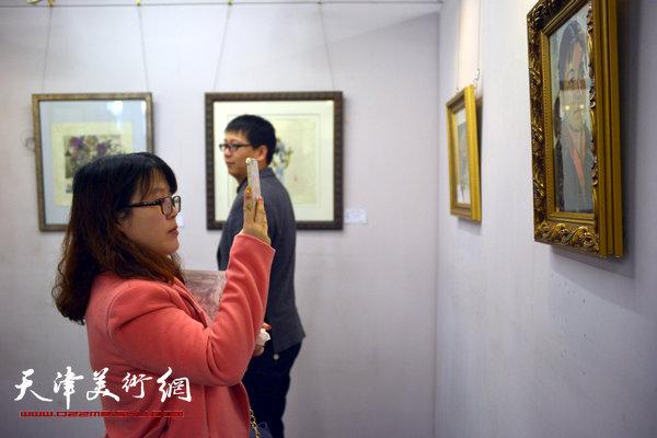 纪念范闻泽—天津美院女同学会作品联展在天美时代举行,图为画展现场。
