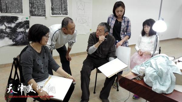 图为老师李翔在采风之余辅导柴博森等掌握造型要领