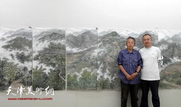 图为柴博森与老师李翔在采风作品前
