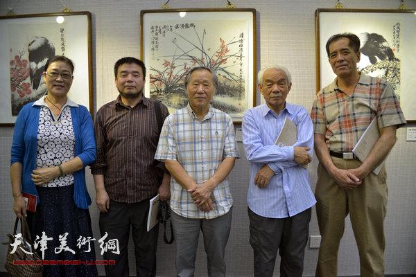张志连与纪振民、姬俊尧、王俊英、田军在画展上