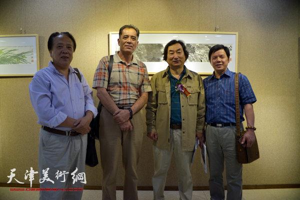 张志连与纪荣耀、李根有、韩石在画展上