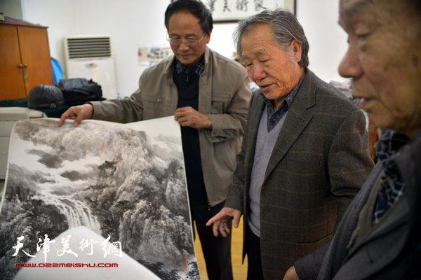 纪振民、姬俊尧在收件现场与送展作品的画家郭金标交流
