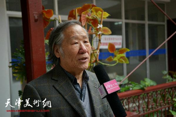 姬俊尧在收件现场接受天津美术网采访