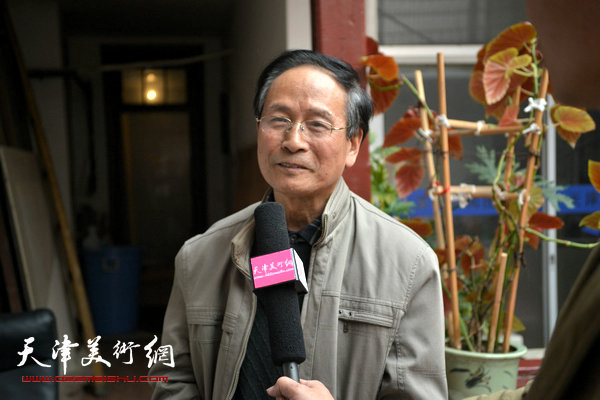 郭金标在收件现场接受天津美术网采访