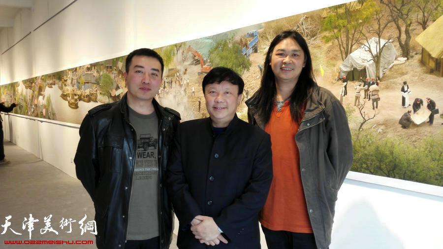 """""""戏言图语——戴翔艺术个展""""上,戴翔(左)与著名学者朱大可(中)、著名艺术评论家程美信。"""