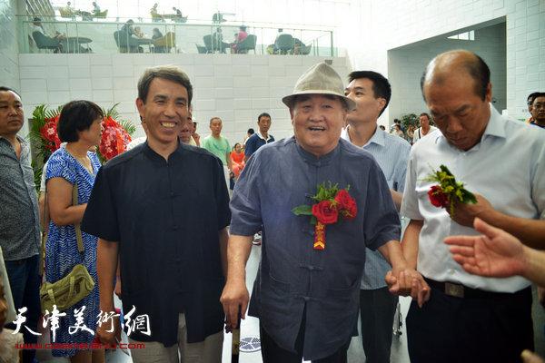 孙伯翔、任云程在天津图书馆。(2014年)