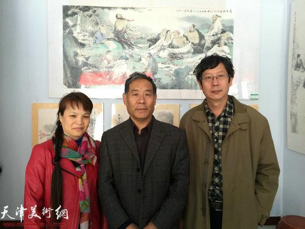 王春涛中国画展在山东无棣举行,图为王春涛教授(右)与嘉宾在现场。