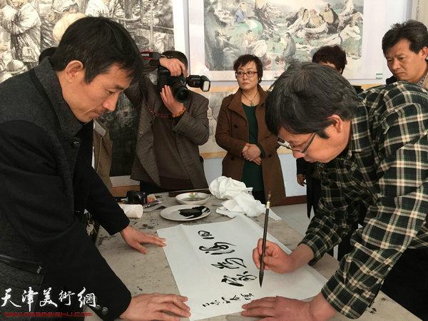 王春涛中国画展在山东无棣举行,图为王春涛教授在现场题词。