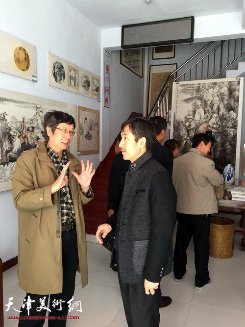 王春涛中国画展在山东无棣举行,图为王春涛教授在现场与观众交流。