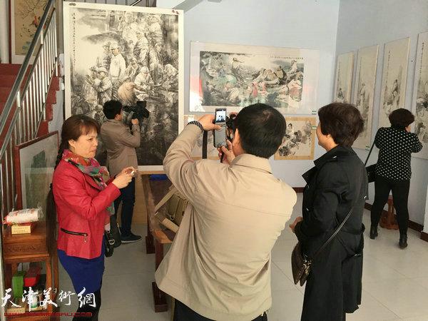 王春涛中国画展在山东无棣举行,图为展览现场。
