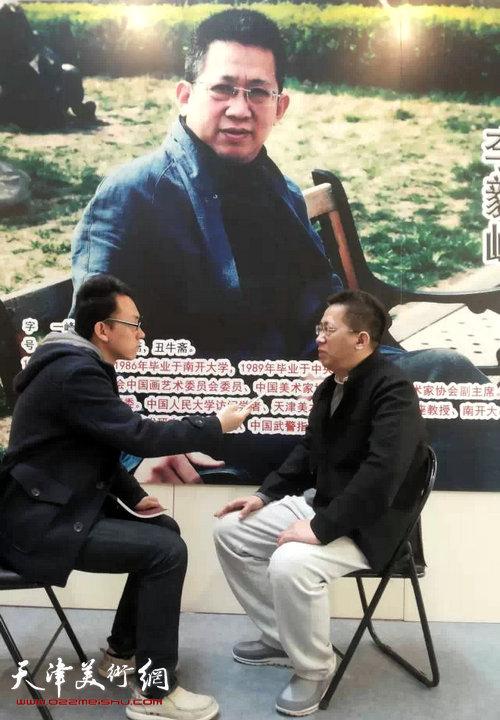 李毅峰先生在第五届中国画节个人作品展区接受中国互联网新闻中心・艺术中国栏目采访