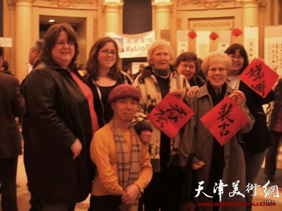 卢东�N在耶鲁大学用中国书法为外国朋友书写名