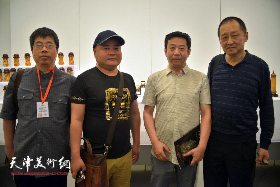 图为工艺美术大师陈大刚与程津忠、刘飞、黄金华在展览现场。