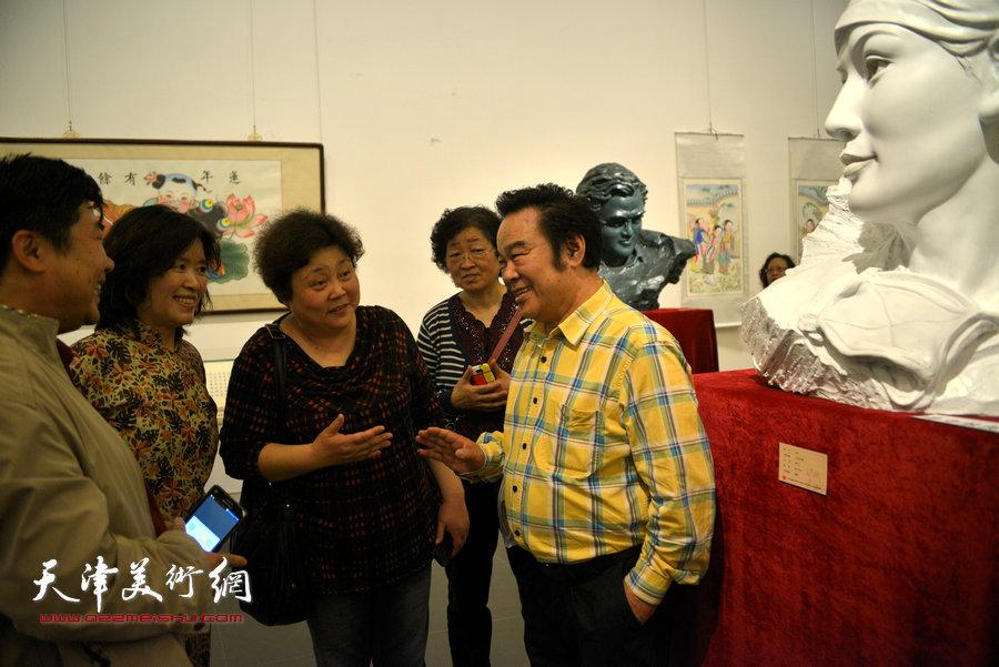 图为雕塑家刘鑫在展览现场。
