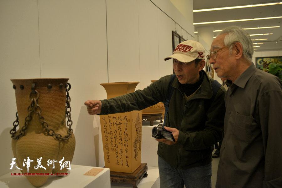 图为王志强在展览现场。
