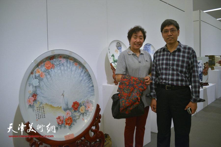 图为刻瓷大师陈起平夫妇在展览现场。