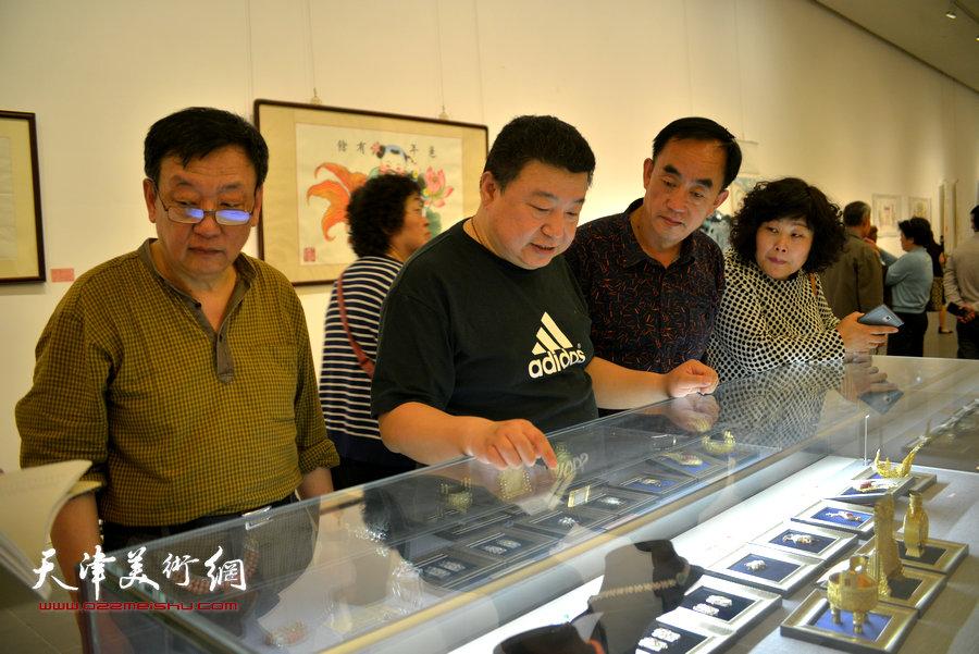 图为首饰设计师王鹏向观众介绍作品。