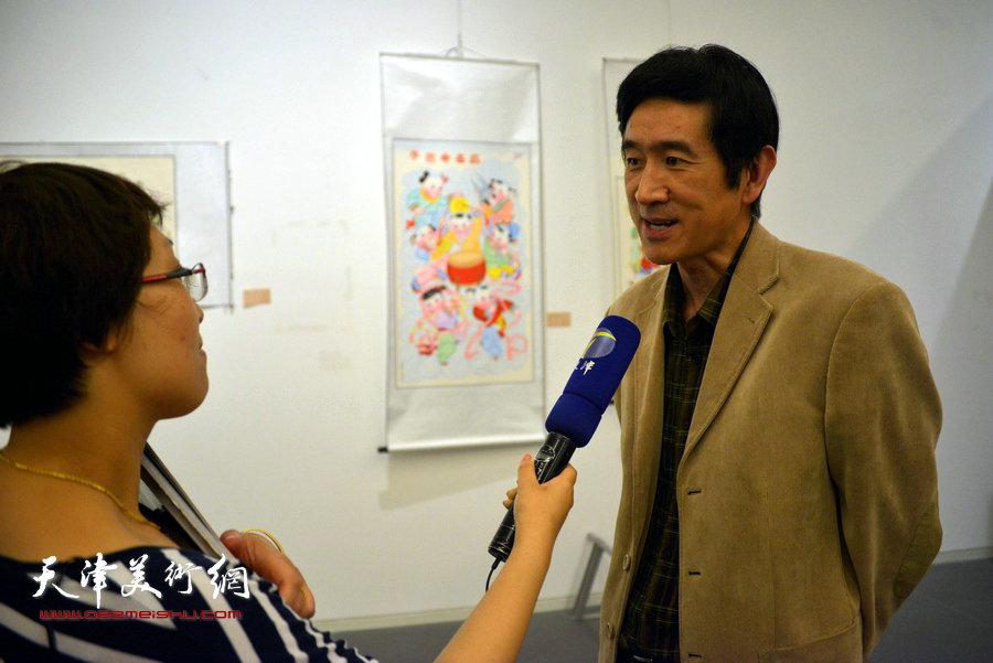 图为中国工艺美术协会秘书长王山接受媒体采访。