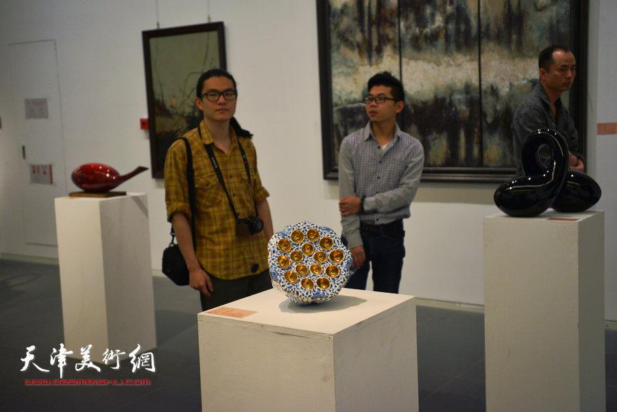 """""""2015首届天津市工艺美术大师作品暨工艺美术精品展""""4月28日在天津美术馆开幕。图为展览现场。"""