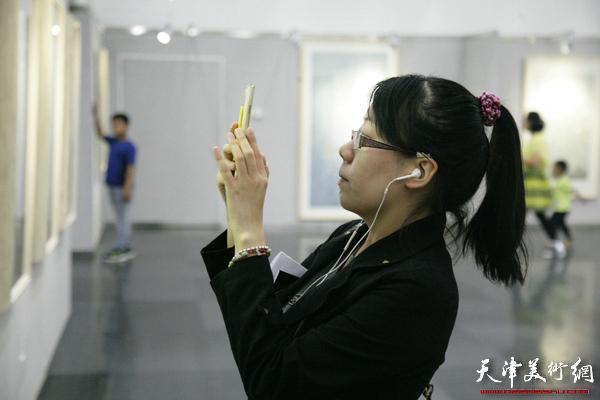 """""""工笔画的写意性""""张俊、孙文龙、李娇、孙超花鸟画展在天津图书馆举办,图为展览现场。"""