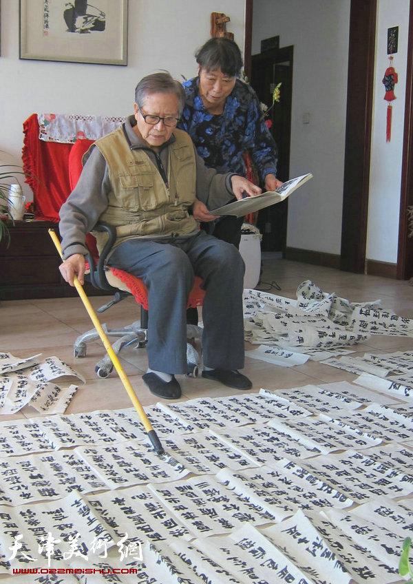 图为刘荫祥在家中习字。