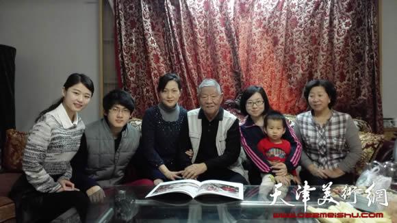 张静家庭照(左4为张锡武,右一为冯字锦)