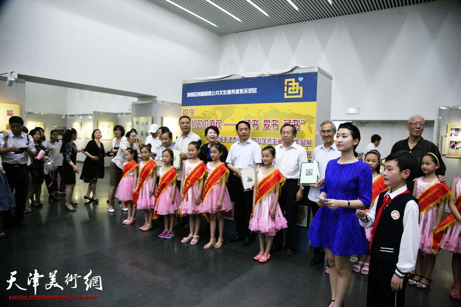 """我们的价值观-""""读书、爱书、藏书""""第四届天津市河西区中小学师生藏书票作品展在天津图书馆开展,图为"""