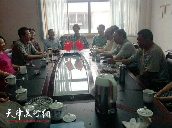 """天津美协""""深扎""""主题活动走进泾县明星宣纸厂,图为座谈会现场。"""